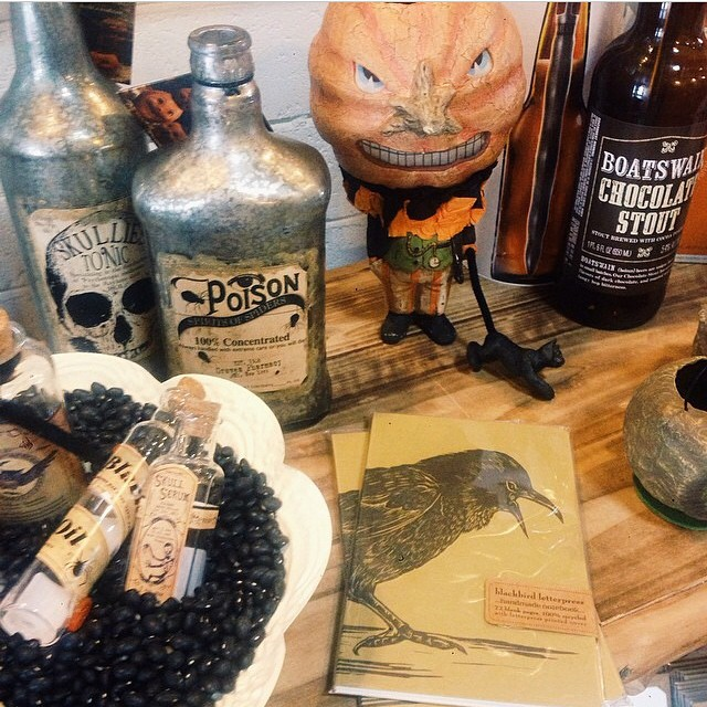 Is it too soon to start decorating for Halloween? Trick question, the answer is never! I love this set up from @francesvintage. I also love the idea of using black beans as filler. #Smart ??