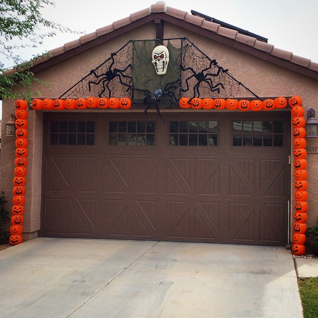Spotted this jumbo Halloween garland made with trick-or-treat buckets in my neighborhood today. Festive neighbors are the best. ??????? #halloween