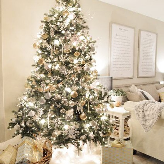High five me friends, my tree is up and I didn't even swear at it this year. That's a first. ? Take a tour on the blog today.